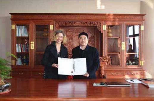 漆谷集团王鹏董事长与浩富易中Maria Carmen总监签署协议
