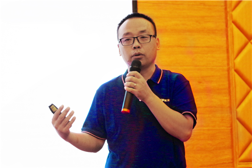 漆谷集团高级工程师石新利先生作产品介绍