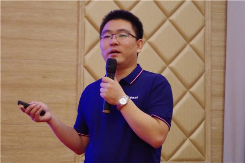 漆谷集团总经理李晓会先生作公司介绍